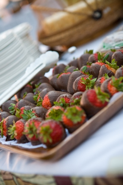 Dark Chocolate Covered Strawberries from www.everydaymaven.com