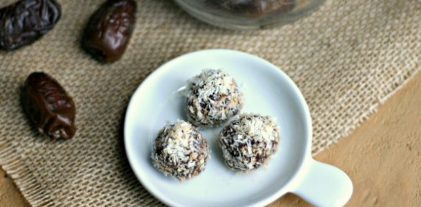 Almond-Date Bites from www.everydaymaven.com
