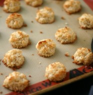 Mini Vanilla Macaroons from www.everydaymaven.com