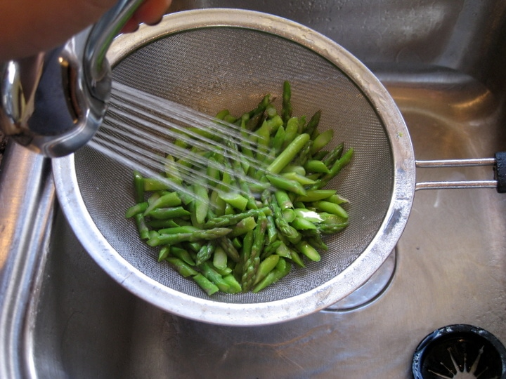 How to blanch asparagus from www.EverydayMaven.com