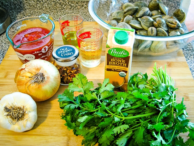 ingredients to make steamed clams